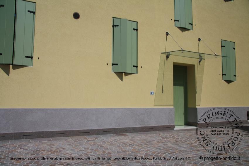 Foto battiscopa di porfido trentino fiammato for Zoccolo esterno