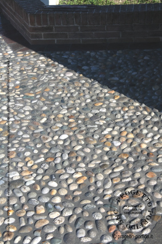Foto pavimentazione con ciottoli di fiume - Progetto Porfido Snc