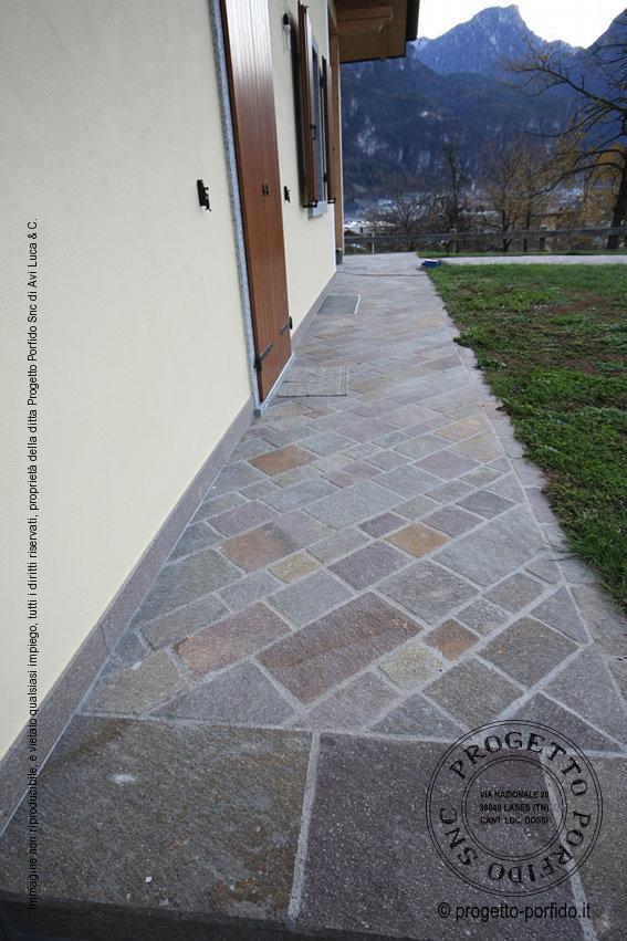 Piastrelle posa diagonale di porfido del trentino piano - Posa piastrelle esterno ...